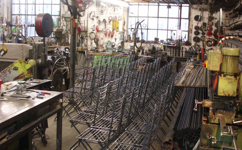 Stühle in Fertigung in der Werkstatt Kruppstraße 16 Berlin-Moabit I Foto: AK